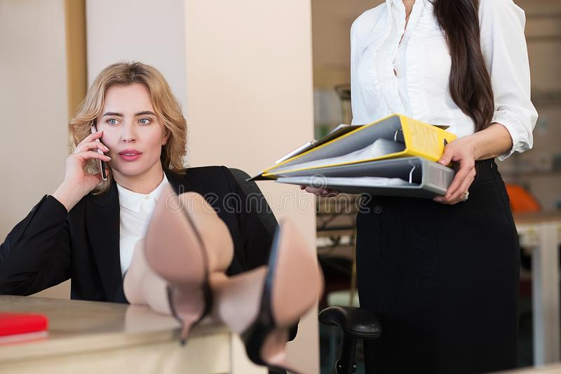 Ung attraktiv kvinna som bort hänsynsfullt ser royaltyfria bilder