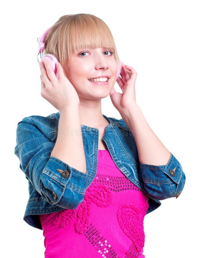 Ung attraktiv kvinna som listar till musik royaltyfria bilder