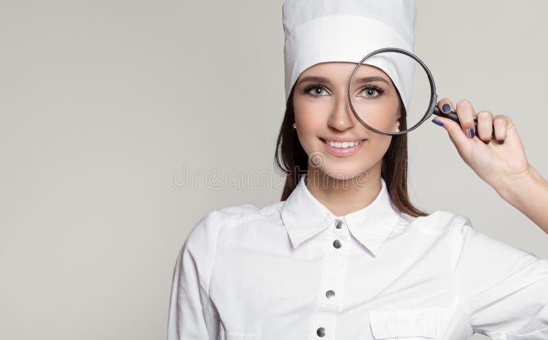 Ung attraktiv kvinnadoktorsögonläkare royaltyfri bild