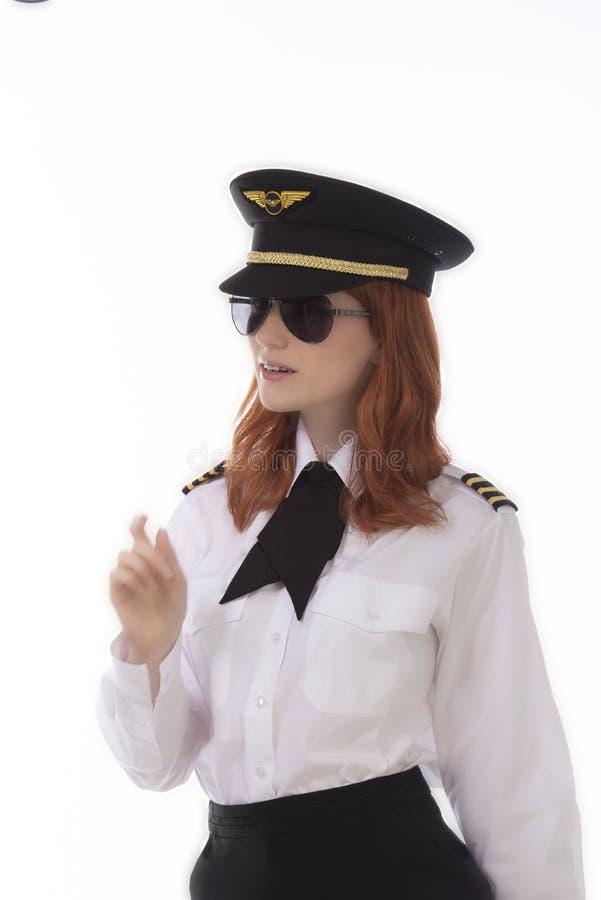 Ung attraktiv kvinnlig flygbolagpilot royaltyfri fotografi