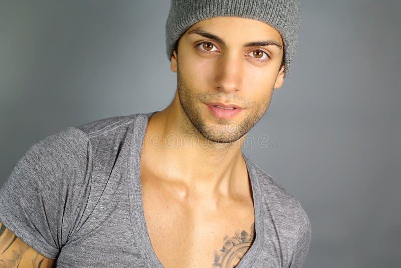 Ung attraktiv man med en hatt arkivbilder