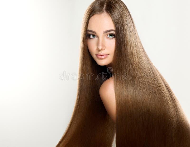 Ung attraktiv modell med långt, rakt brunt hår royaltyfri foto