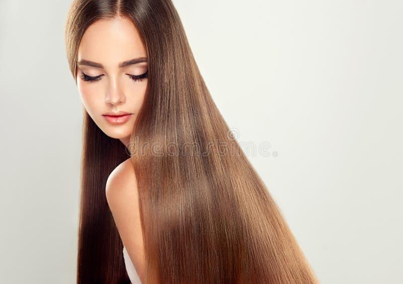 Ung attraktiv modell med långt rakt hår arkivbild