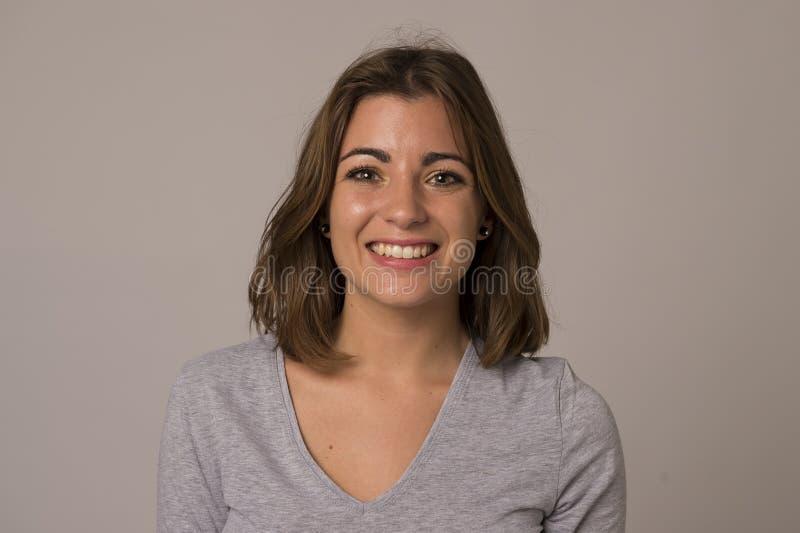 Ung attraktiv och härlig kvinna som ler den upphetsade och lyckliga visningrealiteten och vänligt framsidauttryck fotografering för bildbyråer