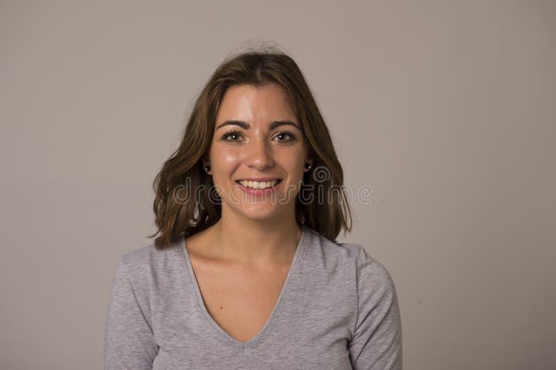 Ung attraktiv och härlig kvinna som ler den upphetsade och lyckliga visningrealiteten och vänligt framsidauttryck royaltyfria bilder