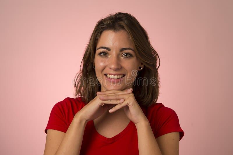 Ung attraktiv och härlig kvinna som ler den upphetsade och lyckliga visningrealiteten och vänligt framsidauttryck royaltyfri fotografi