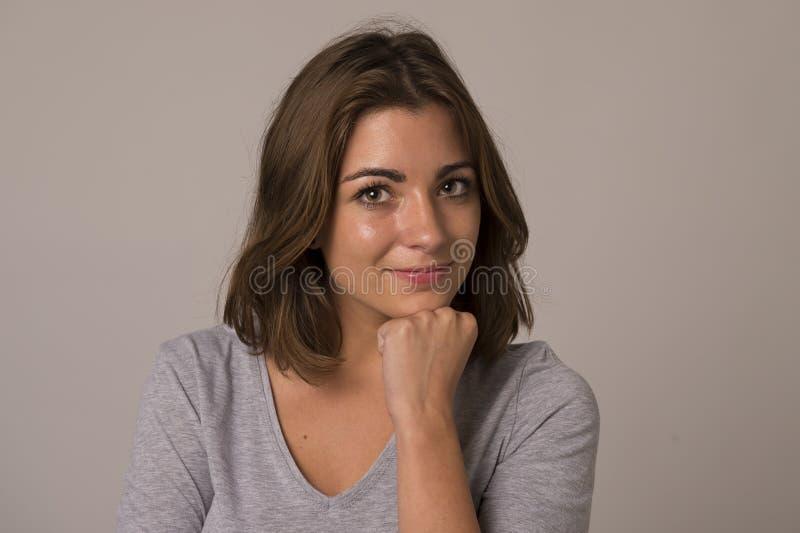 Ung attraktiv och härlig kvinna som ler den upphetsade och lyckliga visningrealiteten och vänligt framsidauttryck arkivbild