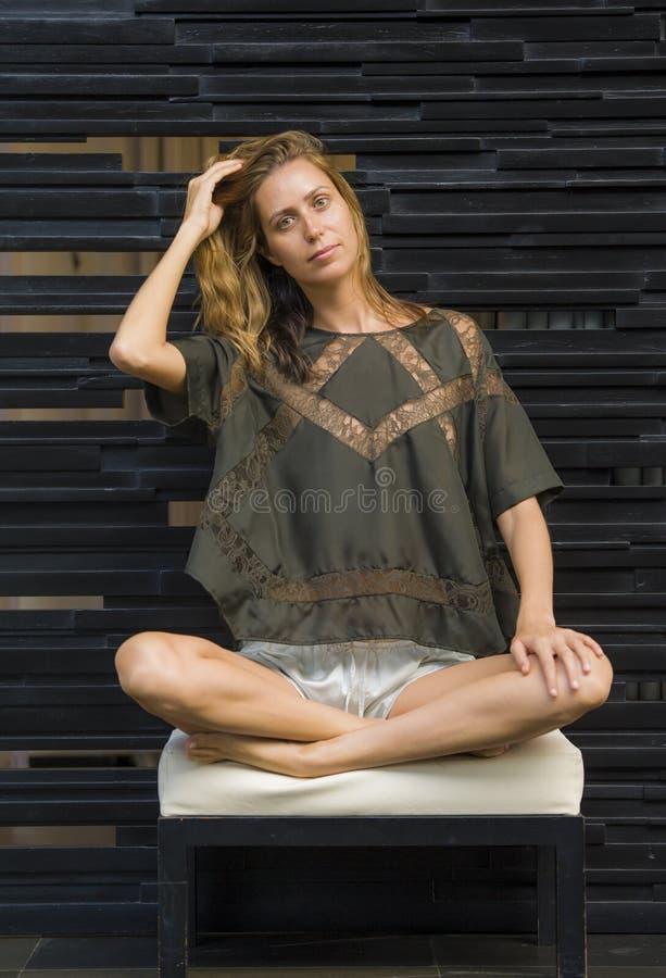 Ung attraktiv och h?rlig yrkesm?ssig modellkvinna som poserar b?ra stilfull och exklusiv designkl?der i mode och sk?nhet royaltyfri bild