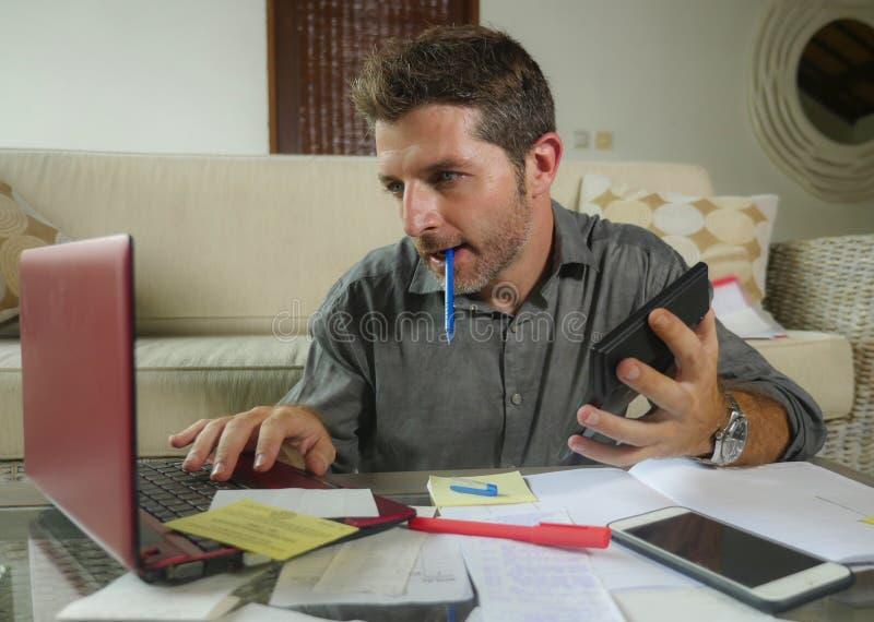 Ung attraktiv och lycklig frilans- affärsman med räknemaskinen och bärbara datorn som gör inhemsk redovisande skrivbordsarbete av royaltyfria foton