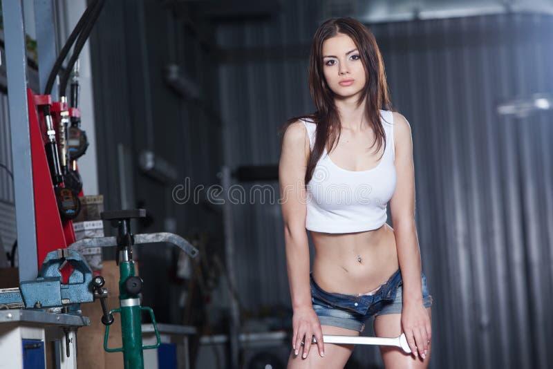 Ung attraktiv och sinnlig mekanikerkvinnlig fotografering för bildbyråer