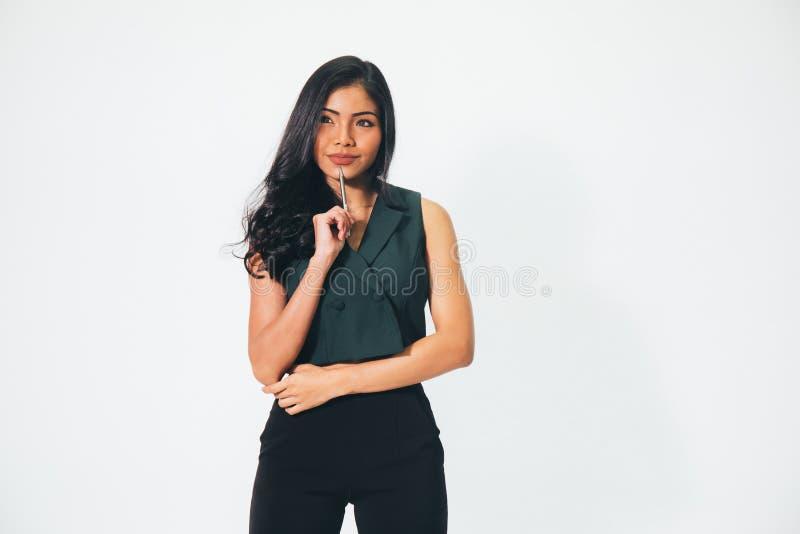 Ung attraktiv smart affärskvinna med förtroende som tänker a arkivfoton