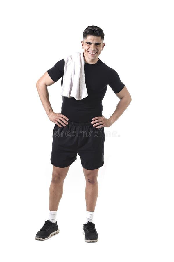 Ung attraktiv sportman med handduken för stark kropp för passform den hållande på hans le för skuldra som är lyckligt royaltyfria bilder