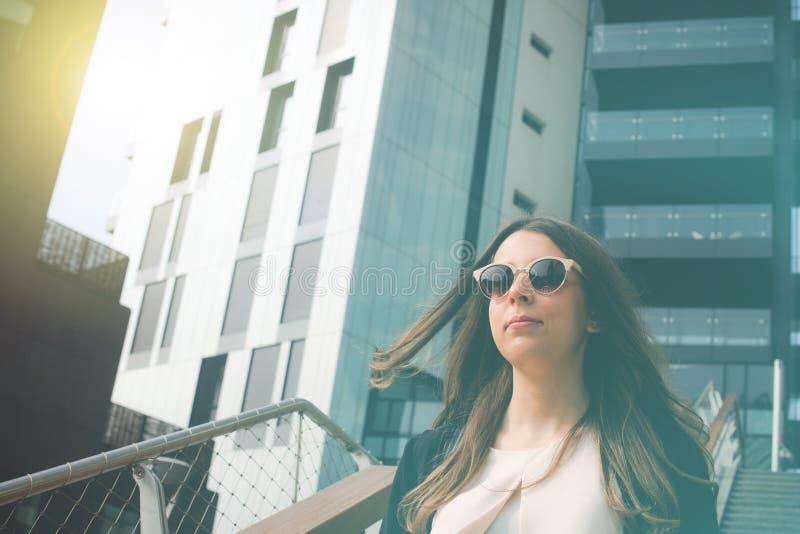 Ung autentisk affärskvinna i staden för ett affärslopp arkivfoton