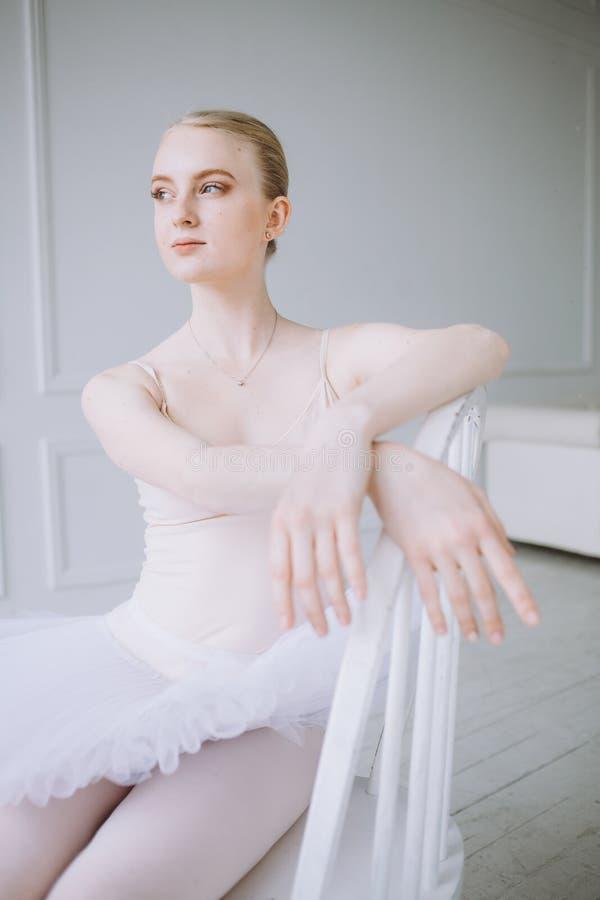 Ung ballerina i balettgrupp fotografering för bildbyråer