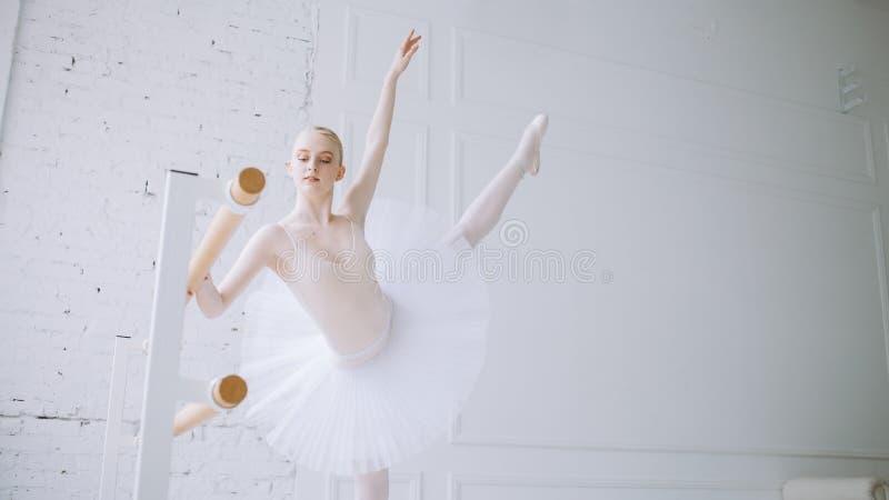 Ung ballerina i balettgrupp royaltyfria foton