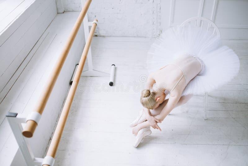 Ung ballerina i balettgrupp arkivbild