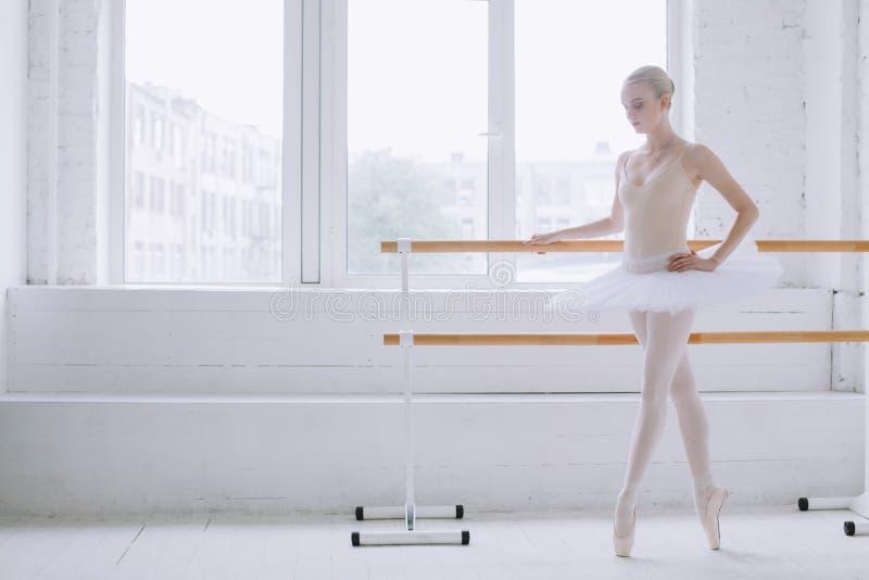Ung ballerina i balettgrupp royaltyfria bilder