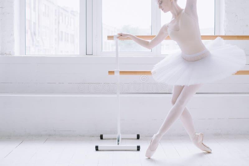 Ung ballerina i balettgrupp arkivfoto