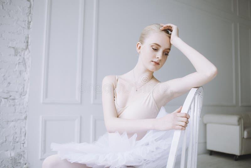 Ung ballerina i balettgrupp royaltyfri bild