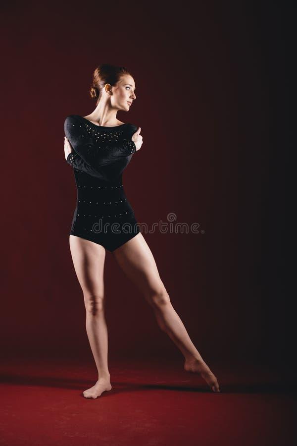 Ung ballerina som har övningar i studion royaltyfri fotografi