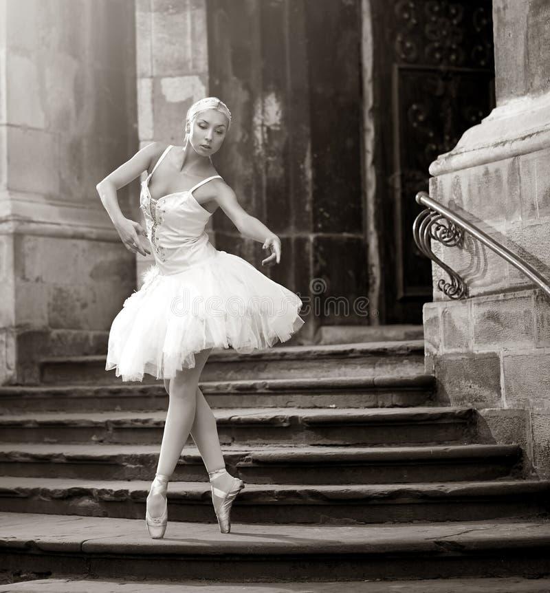 Ung ballerinakvinna som poserar på trappa royaltyfri fotografi