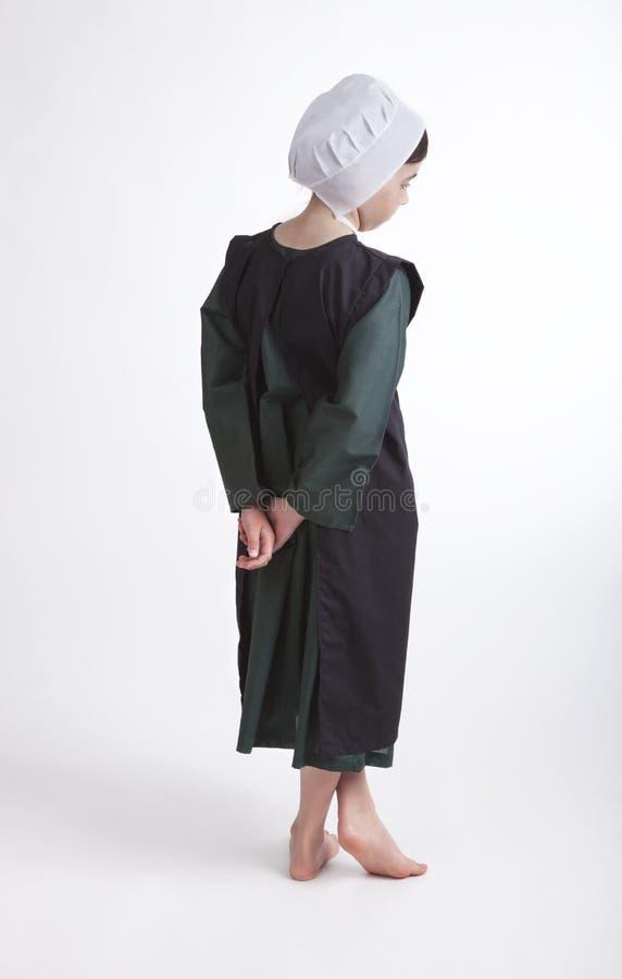 Ung barfota Amish flicka som isoleras på en bakgrund arkivfoto