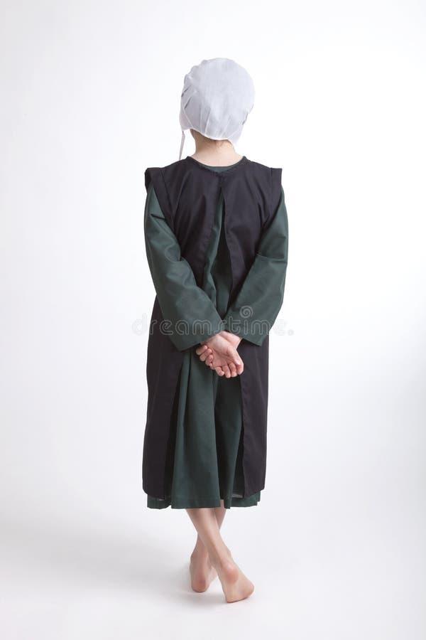 Ung barfota Amish flicka som isoleras på en bakgrund arkivbilder