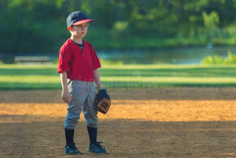 Ung basebollspelare som spelar fältet royaltyfria bilder