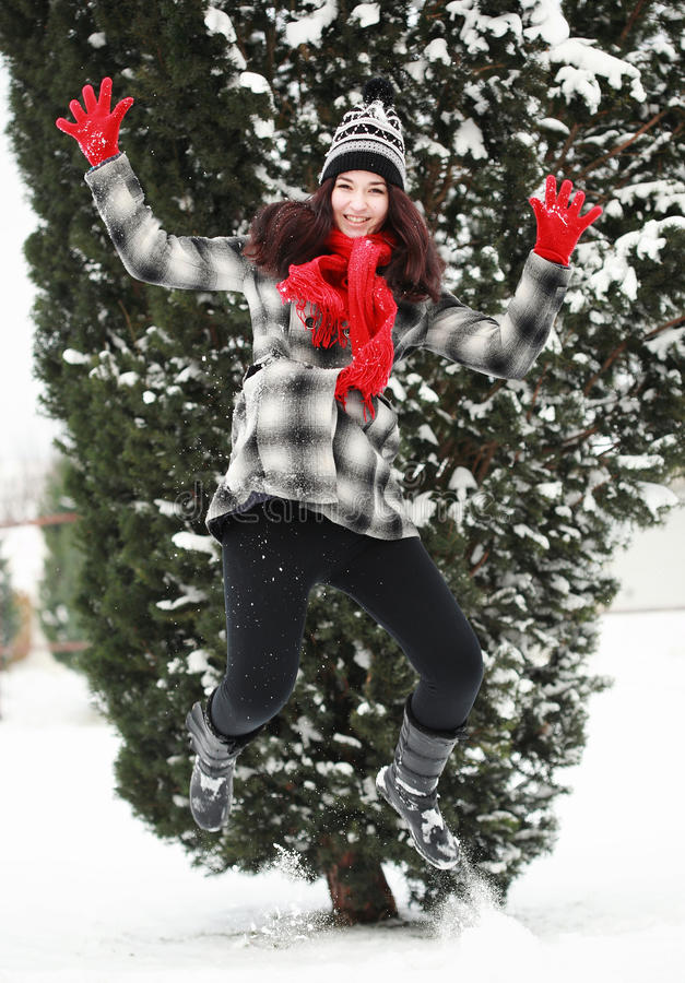 Ung beauitiful kvinna som är utomhus- i vinterbanhoppning royaltyfri bild