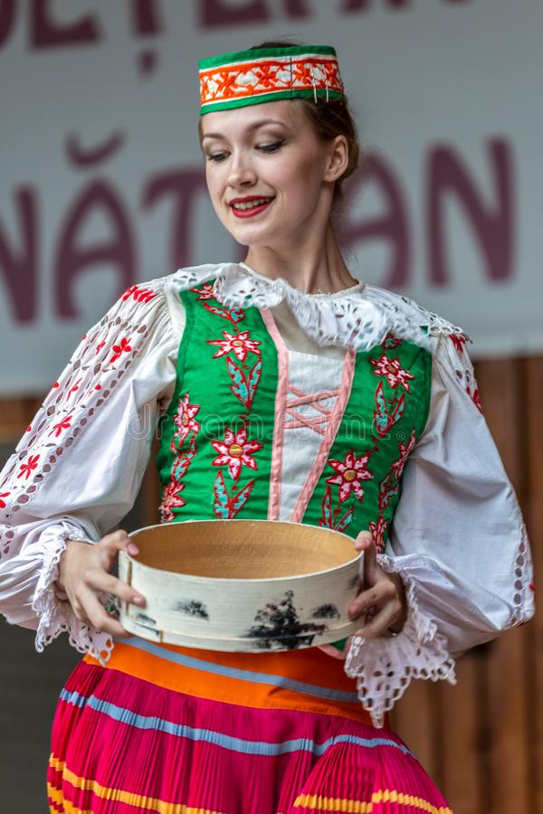 Ung Belorussian dansare i traditionell dr?kt royaltyfri bild