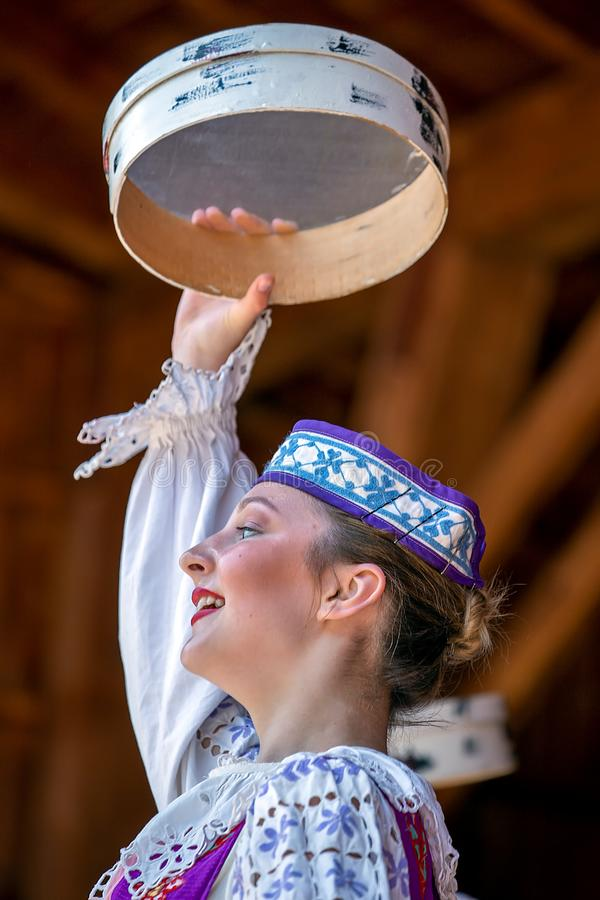 Ung Belorussian dansare i traditionell dr?kt royaltyfri foto