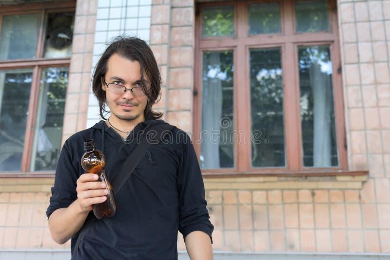 Ung berusad flaska för manholdingplast- royaltyfria foton