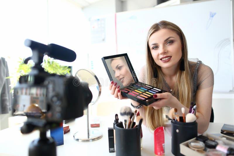 Ung Blogger som antecknar orubblig video skönhet fotografering för bildbyråer