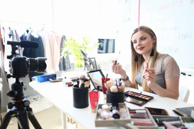 Ung Blogger som antecknar skönhetrådgivning för Vlog arkivfoto