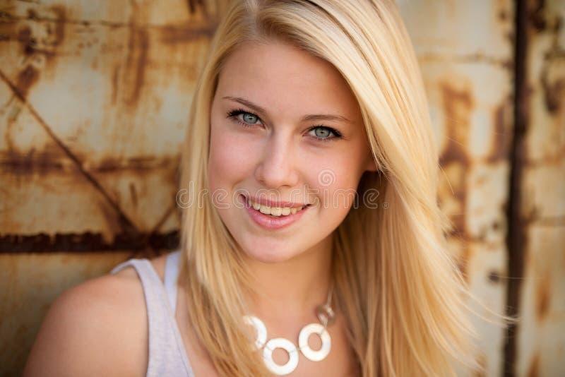 Ung blond caucasian flicka bara på en gata royaltyfri bild