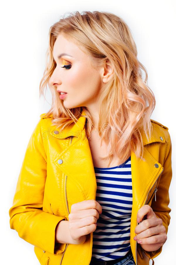 Ung blond flicka med en original- frisyr och en ljus yrkesm?ssig makeup fotografering för bildbyråer