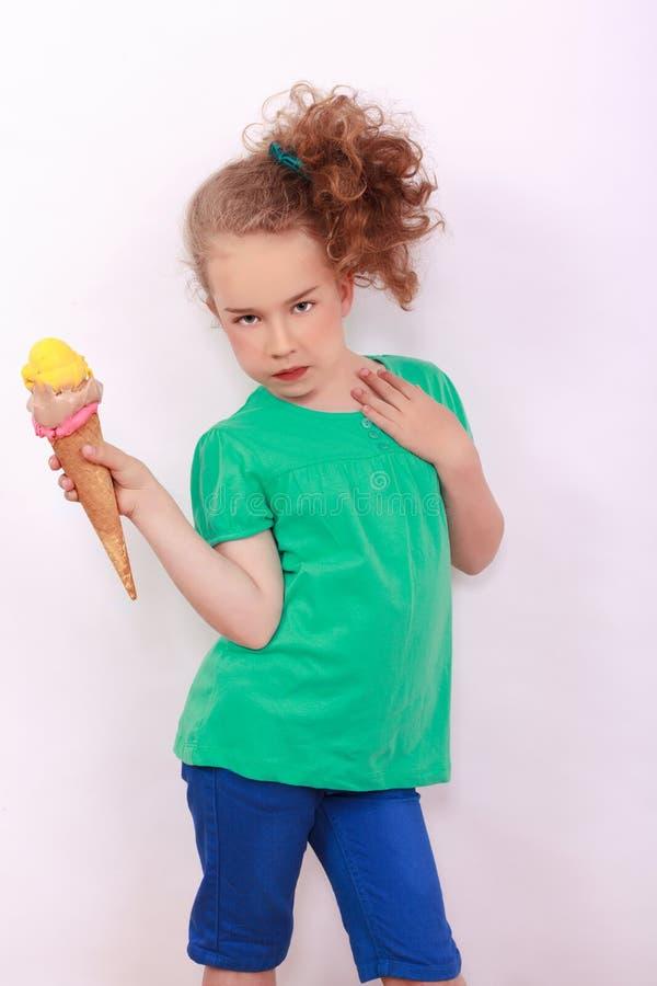 Ung blond flicka med glasskotten i handen royaltyfri fotografi