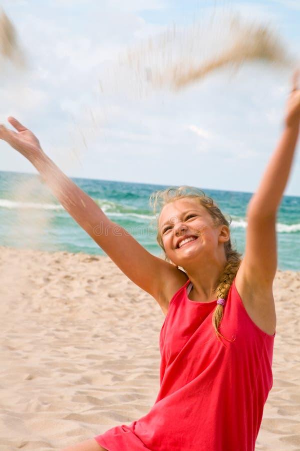 Ung blond flicka på stranden royaltyfria foton