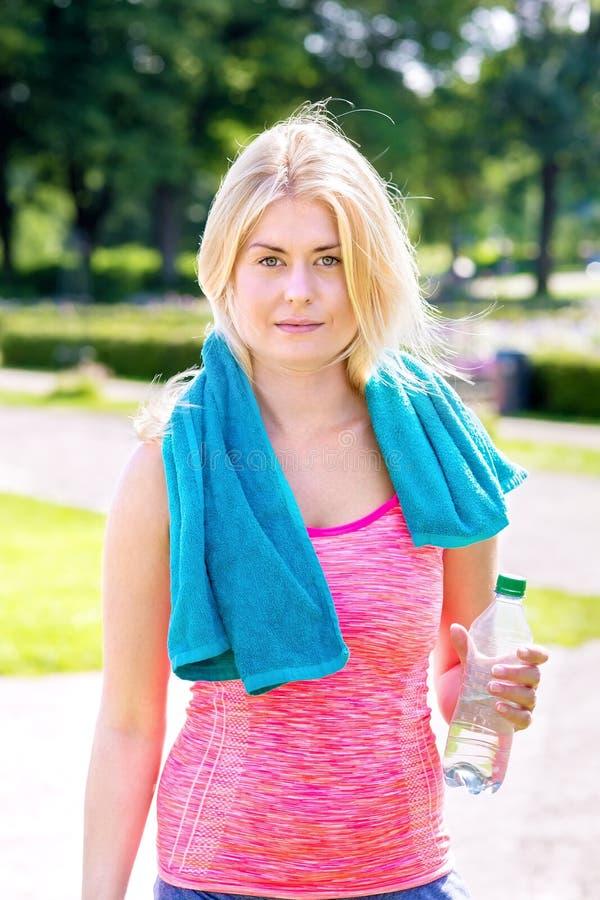 Ung blond kvinna färdig med att jogga arkivfoto