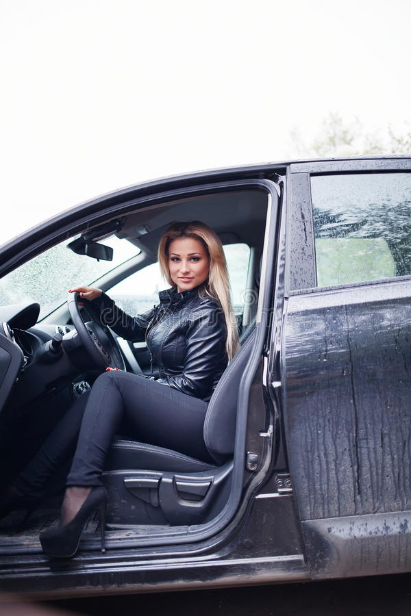 Ung blond kvinna i bil arkivfoto