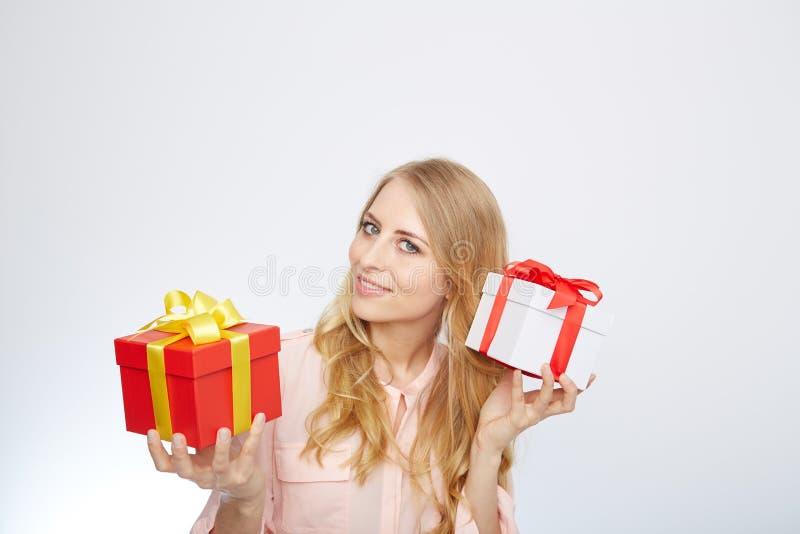 Ung blond kvinna med den närvarande asken royaltyfri fotografi