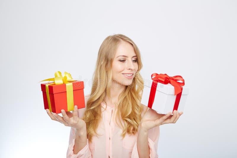 Ung blond kvinna med den närvarande asken royaltyfria bilder