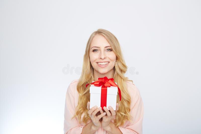 Ung blond kvinna med den närvarande asken royaltyfria foton