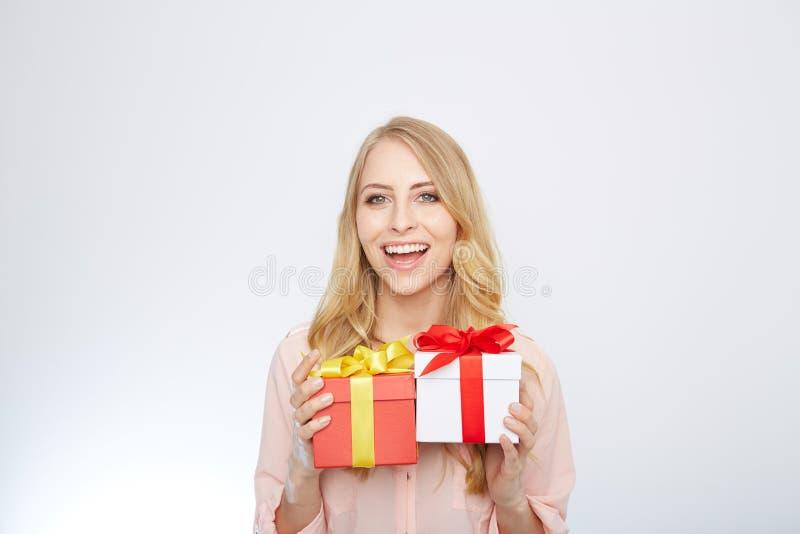 Ung blond kvinna med den närvarande asken arkivfoton