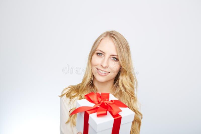 Ung blond kvinna med den närvarande asken fotografering för bildbyråer