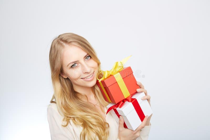 Ung blond kvinna med den närvarande asken royaltyfri foto