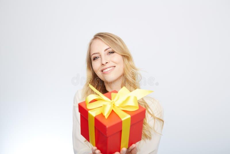 Ung blond kvinna med den närvarande asken arkivfoto