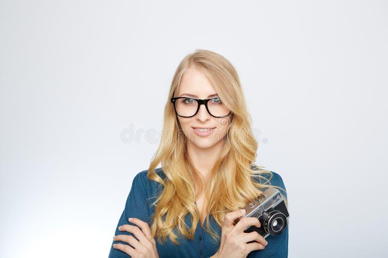 Ung blond kvinna med en tappningkamera arkivbild