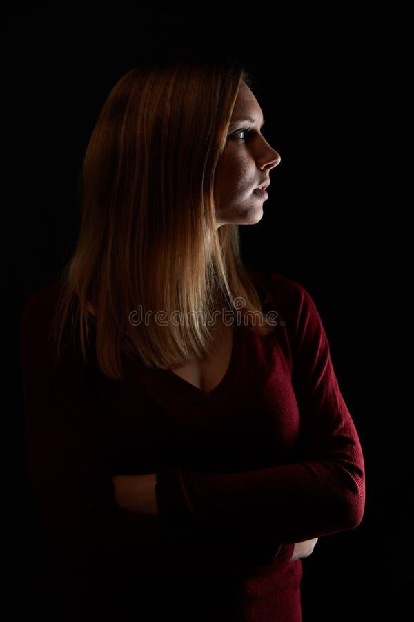 Ung blond kvinna med korsade armar royaltyfria foton