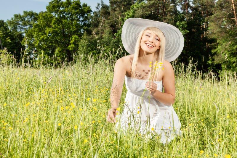 Ung blond kvinna på ängen fotografering för bildbyråer